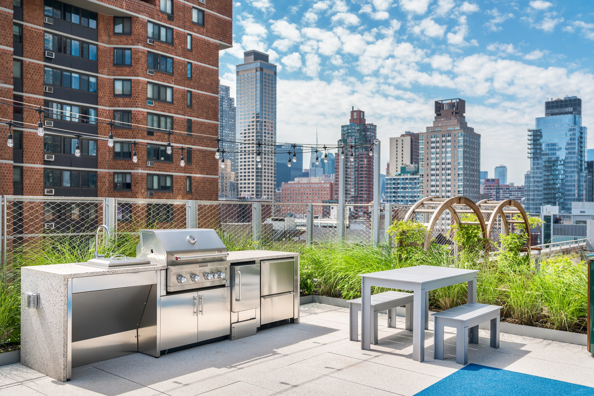 101 West End Avenue Amenities grill